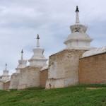 Le mur d'enceinte et ses 108 stupas